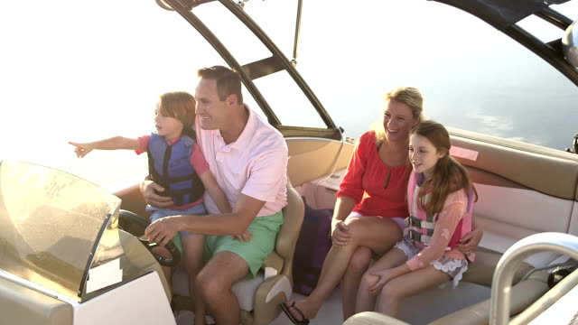 vídeos de stock e filmes b-roll de family with two children taking a boat ride - barco
