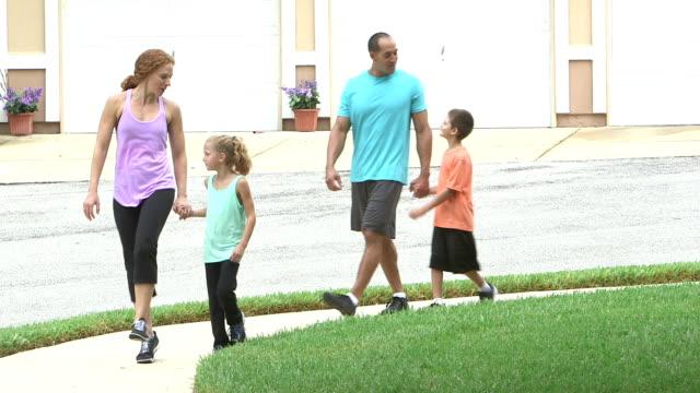 散歩を 2 人の子供連れのご家族 - スキップ点の映像素材/bロール