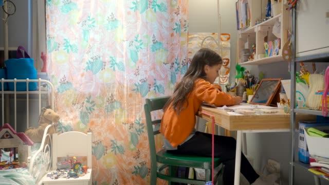 vídeos y material grabado en eventos de stock de familia que trabaja desde el aislamiento del hogar durante covid-19 - cuarentena