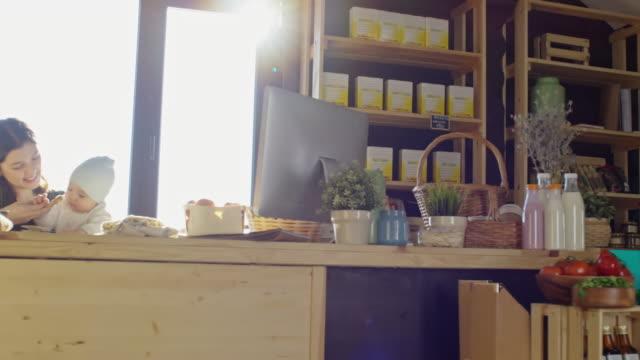vídeos y material grabado en eventos de stock de family working in their produce market at sunny day - tienda de fruta y verdura