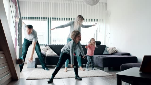 stockvideo's en b-roll-footage met familie training in woonkamer - gym