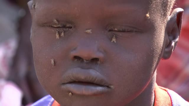 vídeos y material grabado en eventos de stock de famine declared as 100000 people face starvation south sudan ganyiel int various shots of malnourished small boy khamis with his mother in medical... - muerte