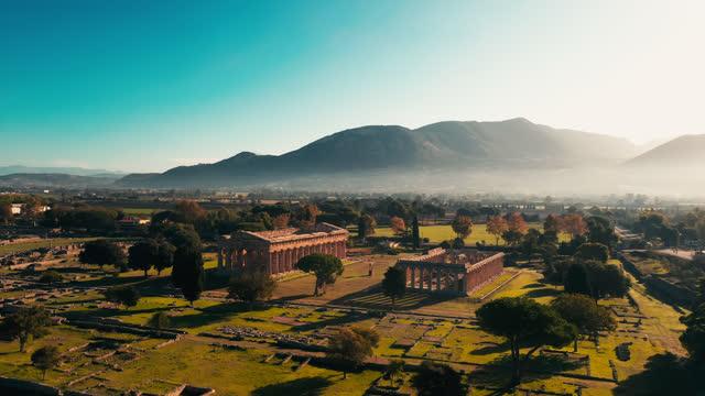イタリアの有名な考古学的遺跡パエストゥム - ペディメント点の映像素材/bロール