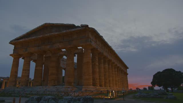 イタリアのslo mo有名な考古学的遺跡パエストゥム - ペディメント点の映像素材/bロール