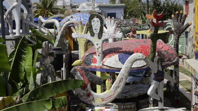 famous artist jose fuster gallery of ceramics in jaimanitas havana cuba - figura femminile video stock e b–roll