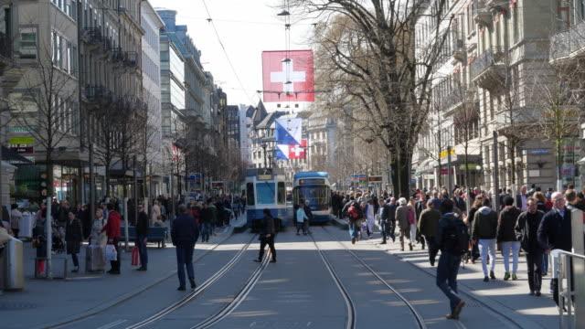 famous bahnhofstrasse in zürich, zurich, switzerland - fußgänger stock-videos und b-roll-filmmaterial