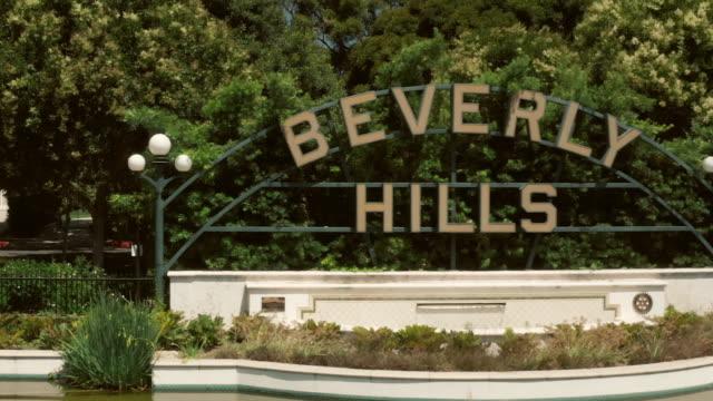 vídeos de stock e filmes b-roll de famous beverly hills sign - aerial drone shot - beverly hills