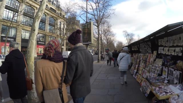 vídeos y material grabado en eventos de stock de famosas cajas de libreros a lo largo del río sena en parís, francia - puesto de mercado