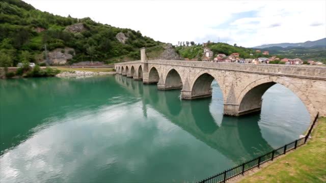 vídeos y material grabado en eventos de stock de famoso puente sobre el río drina - piedra material de construcción