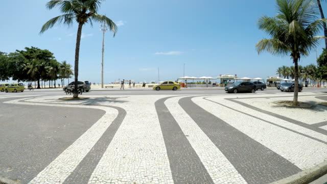vídeos de stock, filmes e b-roll de famosa praia de copacabana - calçada