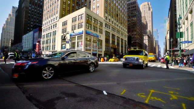 vídeos y material grabado en eventos de stock de famous crossroads. 34th street. 7th avenue. - 7th avenue
