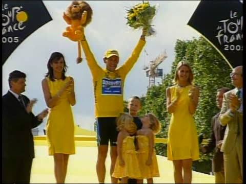 stockvideo's en b-roll-footage met famous cyclist lance armstrong, on the winner's podium after winning the tour de france, on the podium with his kids and sheryl crow. lance armstrong... - sport