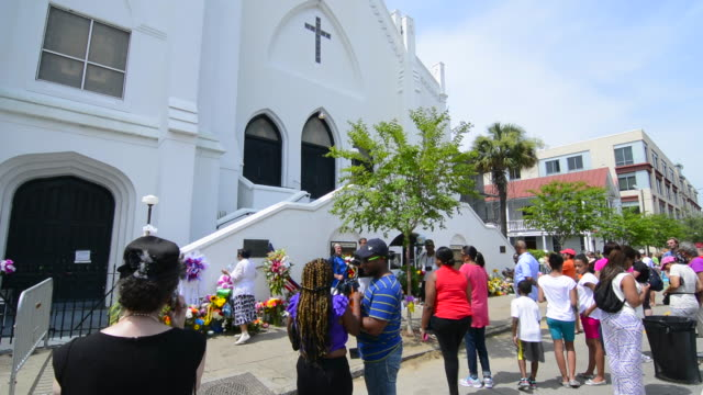 vidéos et rushes de famous emanuel ame church in charleston south carolina black church people leaving flowers and messages and taking pictures of the scene of horrible... - charleston