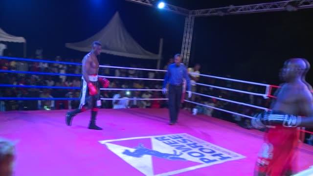 famous international boxing referee american kenny bayless in uganda promoting local boxing. - アマチュア選手点の映像素材/bロール