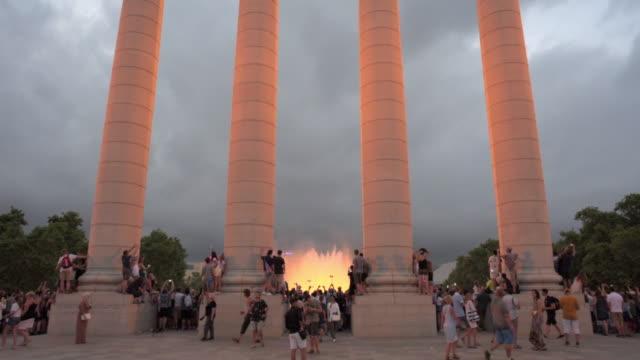 vídeos y material grabado en eventos de stock de famous landmark surrounded by people in city against sky at dusk - barcelona, spain - fuente estructura creada por el hombre