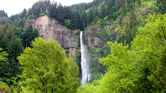 vídeos y material grabado en eventos de stock de famoso multnomah falls - cascadas de multnomah