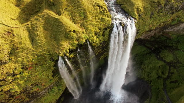 stockvideo's en b-roll-footage met luchtfoto beroemde seljalandsfoss waterval - nationaal monument beroemde plaats