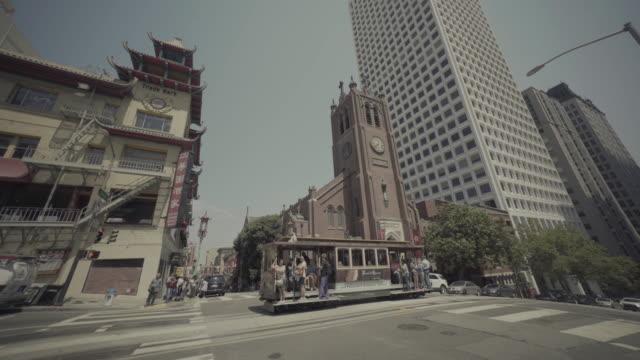 vídeos de stock, filmes e b-roll de famous tram of san francisco: cable car system - bonde