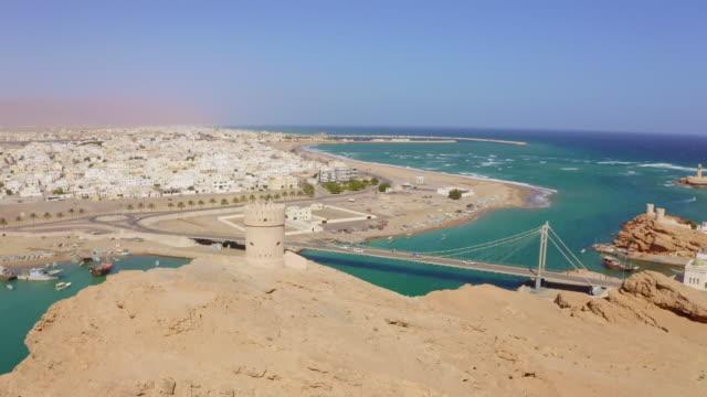 vídeos y material grabado en eventos de stock de aerial atalaya famosa en la ciudad sur en omán - omán