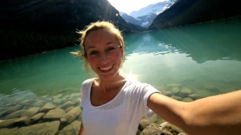 famouse ort lake louise selfie - banff nationalpark stock-videos und b-roll-filmmaterial