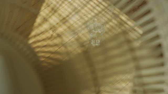 Fã Glas com água na luz solar brilhante dia.