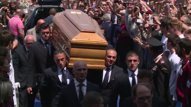 fanaticos del actor italiano bud spencer lo despidieron en roma en su funeral este jueves - multitud stock-videos und b-roll-filmmaterial