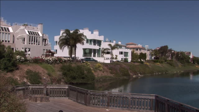 fancy houses overlook an inlet. - inlet stock videos & royalty-free footage