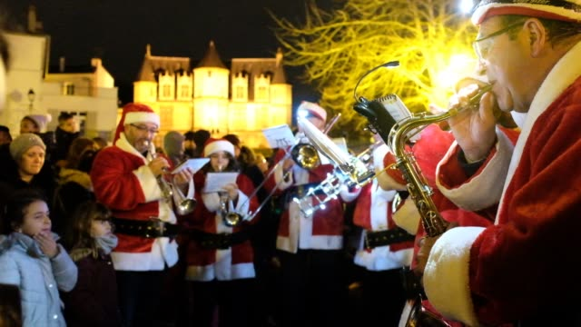 vidéos et rushes de a fanfare for the christmas parade at the 2019 les noëlies in pontoise on december 7 2019 in pontoise france - bruno levesque