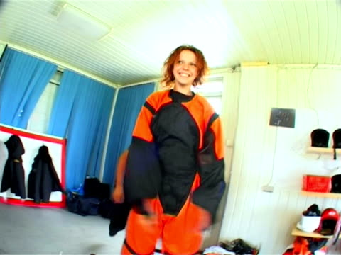 stockvideo's en b-roll-footage met fanny young girl going parachute jump - giftige stof