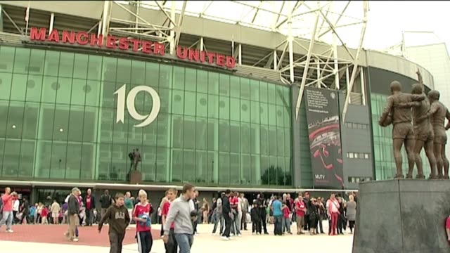 vídeos y material grabado en eventos de stock de fans and crowd shots from manchester utd, manchester city and liverpool's famous kop [no audio].shots include 2 of fans waving liverpool flags and... - vista general