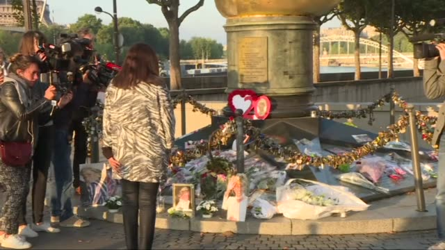 fans and friends of diana princess of wales mark the 20th anniversary of her death with paris mayor anne hidalgo laying a large bouquet of white... - 20th anniversary stock videos & royalty-free footage