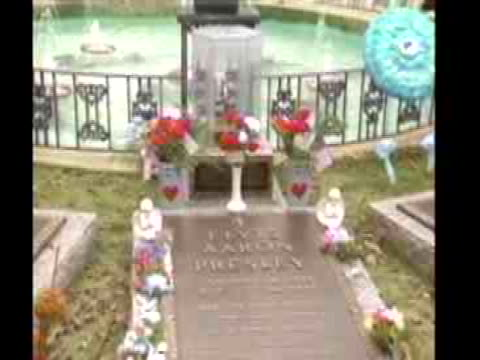 vídeos de stock e filmes b-roll de fans and tourists visit graceland to celebrate elvis presley's 59th birthday - music or celebrities or fashion or film industry or film premiere or youth culture or novelty item or vacations