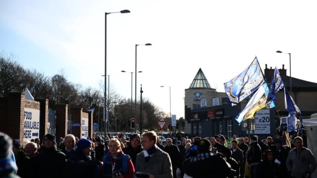 vidéos et rushes de fans arrive at everton's home ground goodison park, liverpool, england on saturday february 2, 2013. general views of everton ground goodison park on... - everton