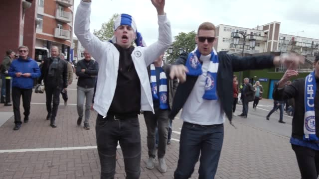 fans arrive at stamford bridge for the last chelsea home game in premier league of the season home and away supportes arrived to watch chelsea take... - チェルシーfc点の映像素材/bロール