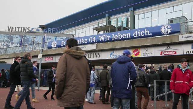 fans arriving to the velltins-arena prior to the bundesliga match between fc schalke 04 and tsg 1899 hoffenheim at veltins-arena on march 30, 2013 in... - 1899 bildbanksvideor och videomaterial från bakom kulisserna