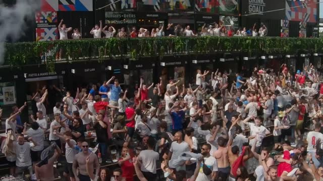 vídeos de stock e filmes b-roll de fans at box park in croydon enjoy england vs croatia. england's euro 2020 campaign got off to a winning start as raheem sterling's goal secured... - croydon inglaterra