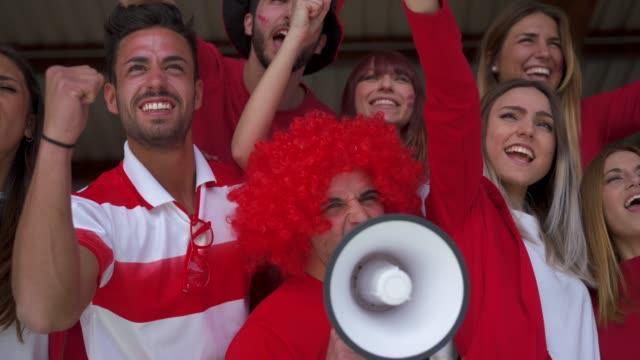 fans im stadion zusammen - fan stock-videos und b-roll-filmmaterial