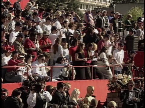 fans at the academy awards 2000 at shrine - 宗教施設点の映像素材/bロール