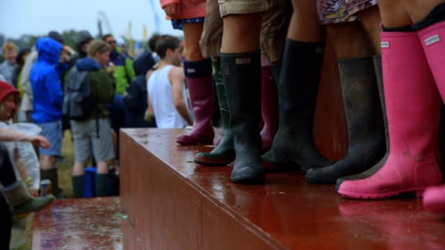 stockvideo's en b-roll-footage met fans at the glastonbury festival - at worthy farm on june 27, 2013 in glastonbury, england - festivalganger