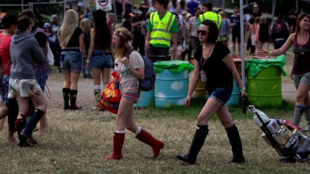 stockvideo's en b-roll-footage met fans at the glastonbury festival - day 1 atmosphere - fans at the glastonbury festival - at worthy farm on june 27, 2013 in glastonbury, england - festivalganger