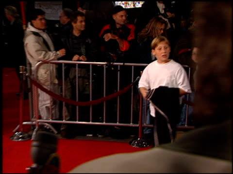 vídeos y material grabado en eventos de stock de fans at the 'scream 2' premiere at grauman's chinese theatre in hollywood, california on december 10, 1997. - scream named work