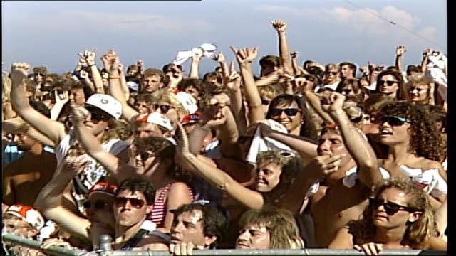 stockvideo's en b-roll-footage met cu fans cheering at beach concert in daytona florida - florida verenigde staten