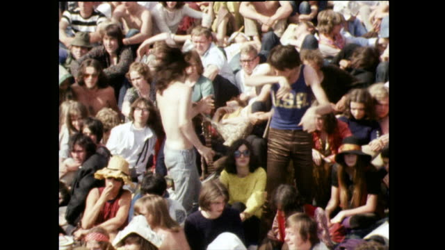 vídeos de stock e filmes b-roll de fans dance while waiting for rolling stones; 1969 - hippie