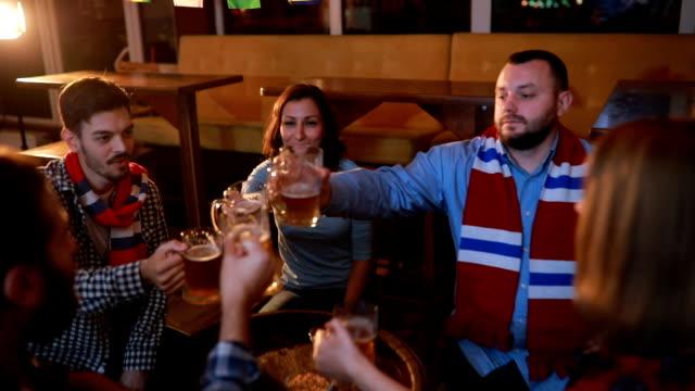 Fans bier drinken