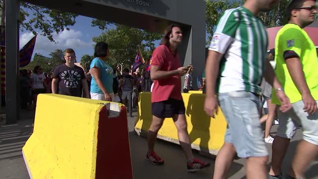 vídeos y material grabado en eventos de stock de fans entering barcelonaêfcêstadium - sport