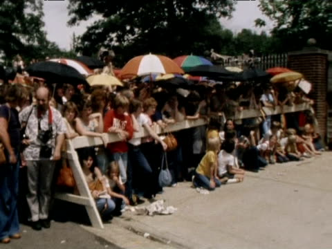 fans gather at graceland in mourning following death of elvis presley 1977 - trauernder stock-videos und b-roll-filmmaterial