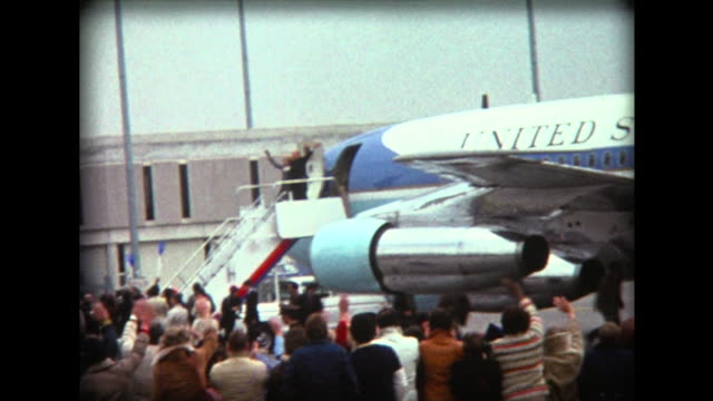 vídeos de stock e filmes b-roll de 1976 fans gather near air force one - patriotismo