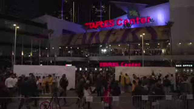 fans gather outside the staples center in los angeles to pay tribute to kobe bryant as the lakers are set to play their first game since the nba... - staples center video stock e b–roll