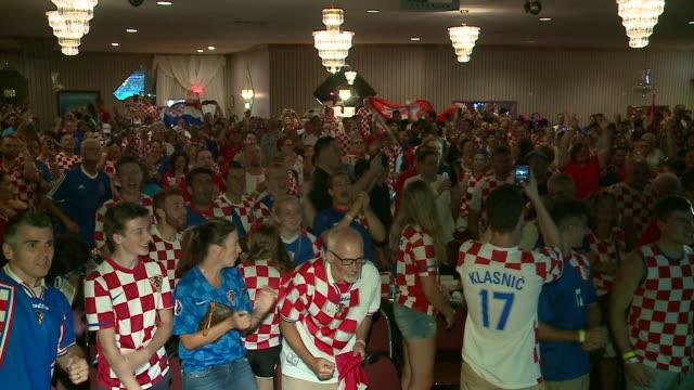 vídeos y material grabado en eventos de stock de wgn fans gathered at the croatian cultural centerchicago to watch croatia playand eventually lose tofrance in the 2018 fifa world cup on july 15 2018 - cultura croata