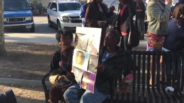 vídeos y material grabado en eventos de stock de fans hold a vigil/rally in leimert park los angeles honoring music legend prince after his unexpected death a couple holds a poster with images of... - muerte